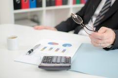 De handen van de zakenman met calculator Stock Fotografie
