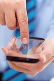 De handen van de zakenman met futuristische smartphone stock afbeeldingen