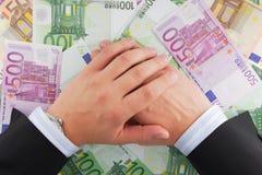 De handen van de zakenman op het geld Royalty-vrije Stock Afbeelding