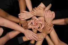 De handen van diversiteitsvrouwen die behulpzaam dient harten in werken royalty-vrije stock foto