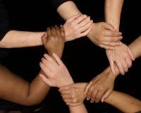 De handen van diversiteitsvrouwen die behulpzaam dient harten in werken stock foto