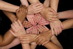 De handen van diversiteitsvrouwen die behulpzaam dient harten in werken stock fotografie