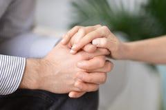 De handen van de echtpaarholding, die psychologische steun geven stock fotografie