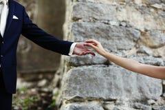 De handen van een bruid en een echtgenoot Stock Afbeelding