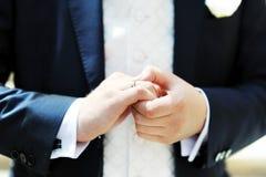 De hand van de bruidegom met trouwring Royalty-vrije Stock Afbeeldingen