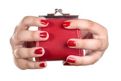 De handen van een jonge vrouw met een muntstukbeurs Stock Afbeelding
