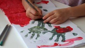 De handen van een kind trekken handvatten stock videobeelden