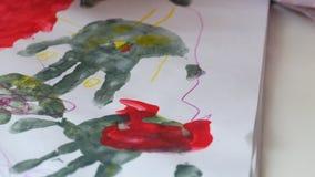 De handen van een kind trekken handvatten stock video