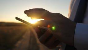de handen van een mens drijven hun vingers over de tablet Close-up de mens controleert e-mail Zakenman die aan a werken stock foto's
