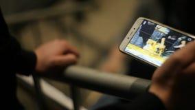 De handen van een mens schiet op de telefoon aangezien de mensen een beeld trekken stock video