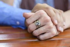 De Handen van een Paarholding Stock Foto's