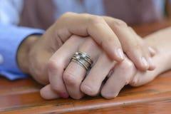 De Handen van een Paarholding Stock Afbeelding