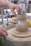 De handen van een pottenbakker Stock Foto