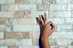 De handen van een wit schoonmakend meisje op de oppervlakte De handzorg bedriegt royalty-vrije stock afbeelding
