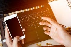 De handen van een zakenman die op een computer of laptop typen tikken a in Royalty-vrije Stock Fotografie
