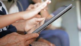 De handen van grootmoeder en kind die tablet gebruiken selecteren nadruk ondiepe diepte van gebied stock video