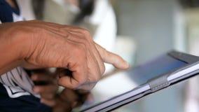 De handen van grootmoeder en kind die tablet gebruiken selecteren nadruk ondiepe diepte van gebied stock videobeelden