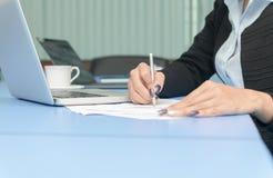 De handen van het financiële manager nemen neemt van wanneer het werken aan rapport i nota stock foto
