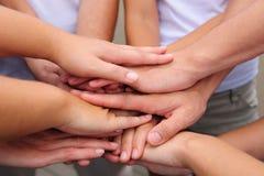 De handen van het groepswerk samen Stock Foto