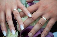 De handen van het huwelijkspaar met ringen Royalty-vrije Stock Afbeeldingen