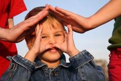 De handen van het kind en van de familie Stock Afbeelding