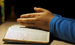 De handen van het kind het bidden Stock Fotografie