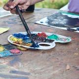 De handen van het kind het schilderen Stock Afbeeldingen