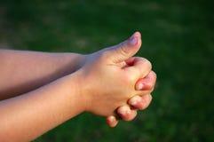 De handen van het kind het spelen stock foto