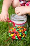 De handen van het kind met een suikergoedkruik Royalty-vrije Stock Foto's