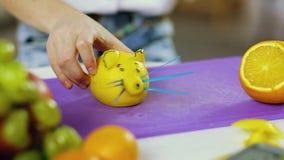 De handen van het meisje delatt maakten van vruchten en groenten stock video