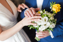 De handen van het paar op huwelijk royalty-vrije stock afbeeldingen