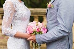 De handen van het paar op huwelijk