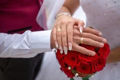 De handen van het paar van Chinees huwelijk Royalty-vrije Stock Foto