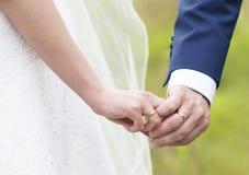 De handen van de het paarholding van het huwelijk Stock Afbeelding