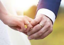 De handen van de het paarholding van het huwelijk Royalty-vrije Stock Fotografie