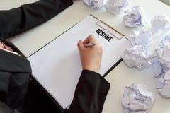 De handen van het vrouwelijke schrijven hervatten met verfrommelen bladen van documenten bij Stock Fotografie