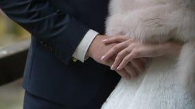 De Handen van de Holding van de bruid en van de Bruidegom stock videobeelden