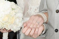 De Handen van de Holding van de bruid en van de Bruidegom Royalty-vrije Stock Foto