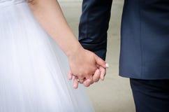 De Handen van de Holding van de bruid en van de Bruidegom Royalty-vrije Stock Foto's