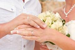 De handen van jonggehuwden Stock Foto