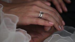 De handen van jonggehuwden met ringen stock videobeelden