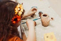 De handen van kinderen beeldhouwt royalty-vrije stock foto
