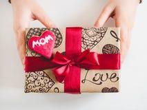 De handen van kinderen en een doos met een gift stock fotografie