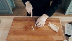 De handen van de kok snijdt van gekookte pijlinktvis Één van de stadia van het koken calamaries de hoogste mening van het zeevruc stock videobeelden