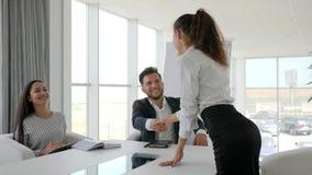 De handen van de meisjesschok op gesprek in modern bureau, vrouwelijke kandidaat tijdens baangesprek in groot bedrijf in wit bure stock video