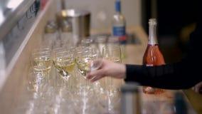 De handen van mensen openen een fles mousserende wijn stock footage