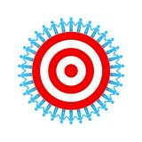 De Handen van de mensenholding rond rood doel of dartboard het groepswerk bedrijfsdieconcept op witte achtergrond wordt geïsoleer Royalty-vrije Stock Afbeelding