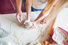 De handen van Moeder en Dochter kneden Deeg voor Pizza royalty-vrije stock foto