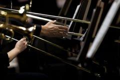 De handen van musici speelden de trombone in het orkest Royalty-vrije Stock Foto's