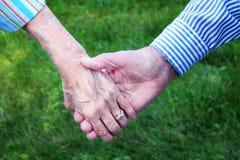 De Handen van oudsten Stock Foto's